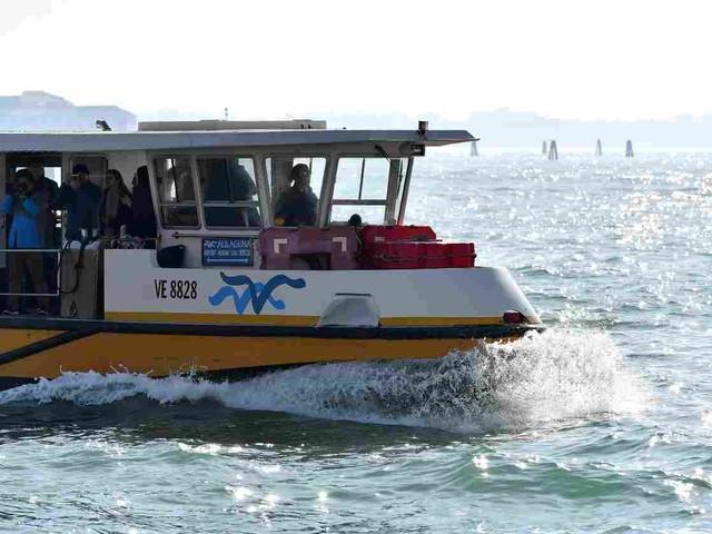 Donne morte   in due annegano cadendo da un traghetto a Venezia