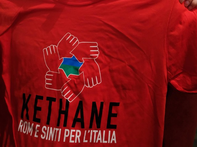 """Rom in Italia, """"1 su 4 senza acqua ed elettricità e 40mila bambini senza scuola"""""""