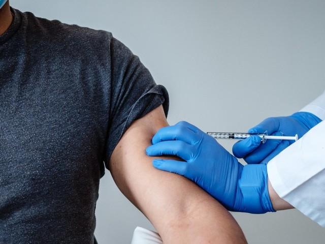 """Vaccini, appello medici Usa: """"Trasparenza su effetti collaterali"""". Quali rischi"""