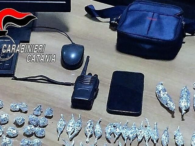 Pusher beccato dai carabinieri: lancia il borsello con la droga e scappa