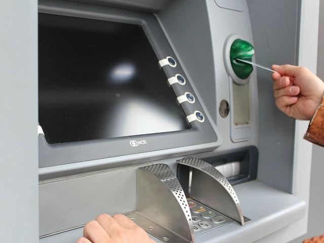 Prelievi al bancomat: a rischio i contanti per i pensionati