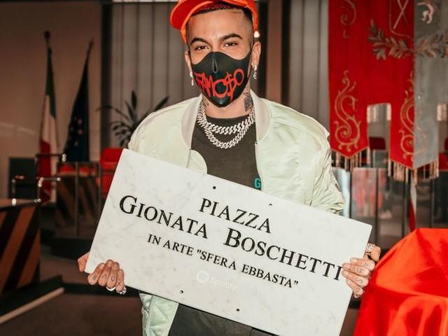 Sfera Ebbasta, la polemica per la piazza a Cinisello. Il sindaco: 'Solo marketing'. Ma...