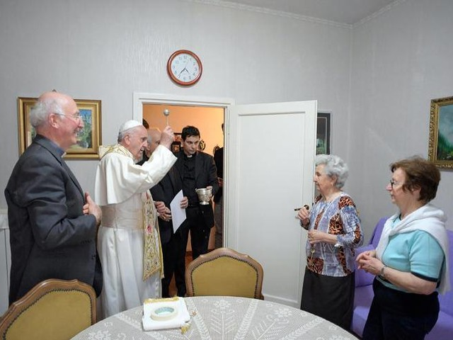 Il Papa a sorpresa a Ostia Citofona in una casa: «Scusate sono Francesco»|Foto