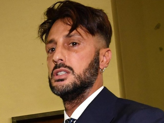 Fabrizio Corona sta male: lo scatto dal carcere è sconvolgente FOTO