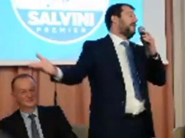 Salvini battibecca con un giornalista a Sorrento: 'Domande dopo, ti voglio bene' (VIDEO)