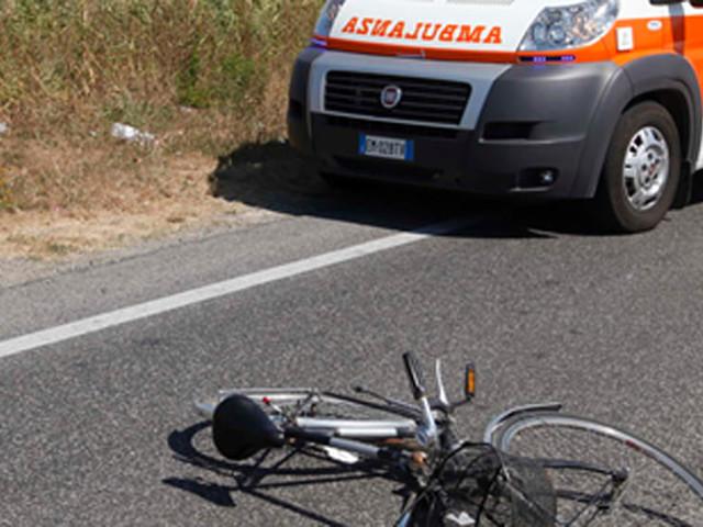 Travolto da un'auto pirata, cade dalla bici e batte la testa sull'asfalto: è grave