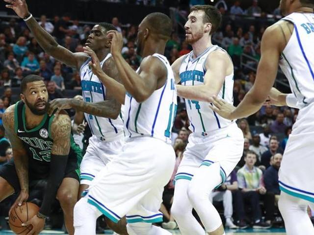 Walker ribalta i Celtics Young beffa Philadelphia