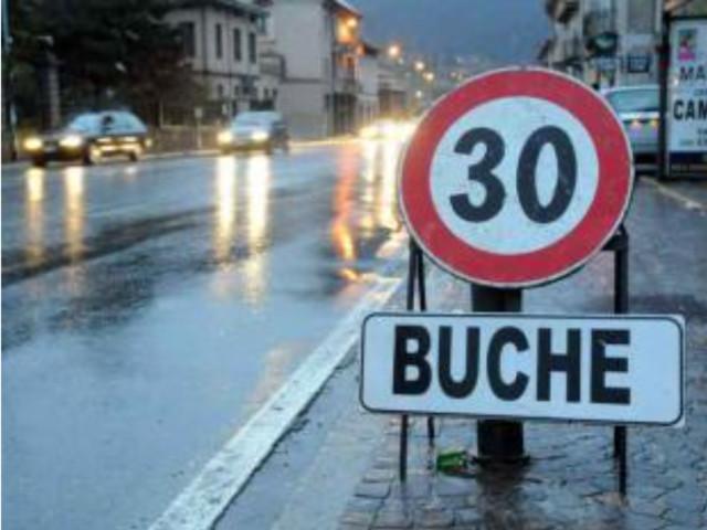 """«Peschiera, purtroppo, detiene il record di cartelli stradali indicanti """"attenzione buche velocità 30 km/h"""" ormai da anni»"""