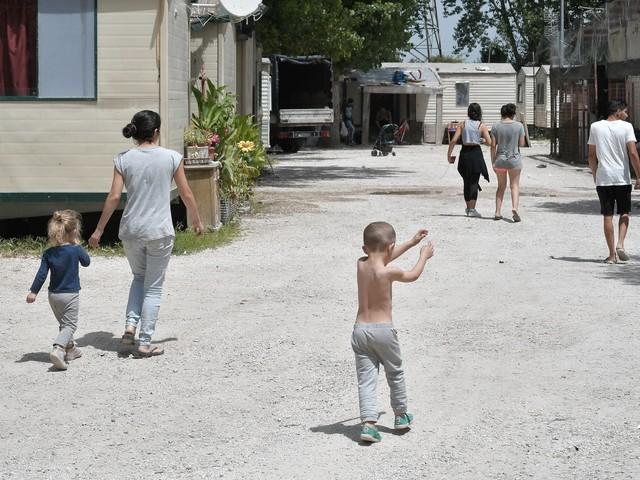 Pisa, la piccola rom nel libro di testo fa indignare famiglie e genitori