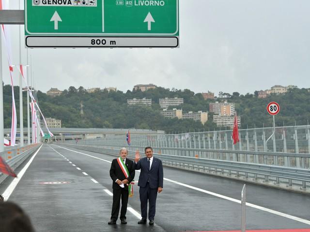 """""""Ferita non rimarginata"""". Un arcobaleno saluta il nuovo ponte di Genova"""