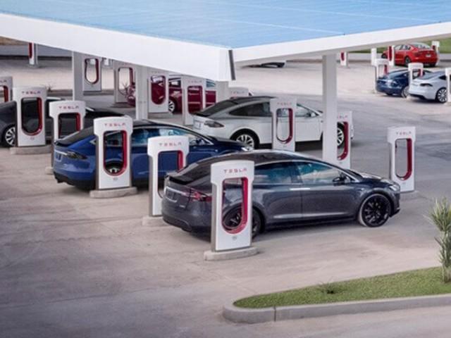 Tesla presenta i nuovi supercharger per le sue auto elettriche a guida autonoma