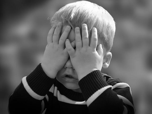 """Bambino trovato solo in mezzo a una strada: """"La mamma non mi vuole più, mi ha abbandonato"""""""