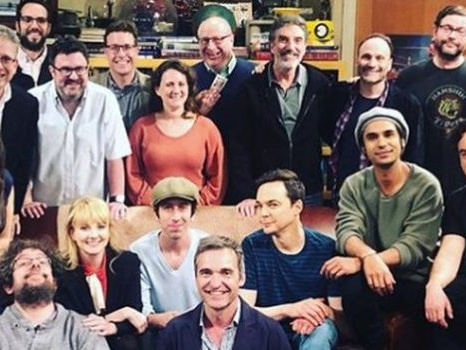 Ultime foto dal set di The Big Bang Theory, il cast in lacrime per la lettura del finale di serie