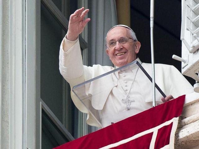 Il Papa resta chiuso in ascensore per 25 minuti: 'salvato' dai vigili del fuoco. L'Angelus inizia in ritardo