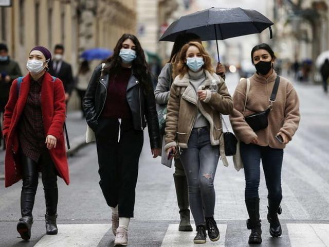 Covid, l'epidemia non si ferma: quattro Regioni rischiano la zona rossa| A fine mese attese15,6 milioni di dosi