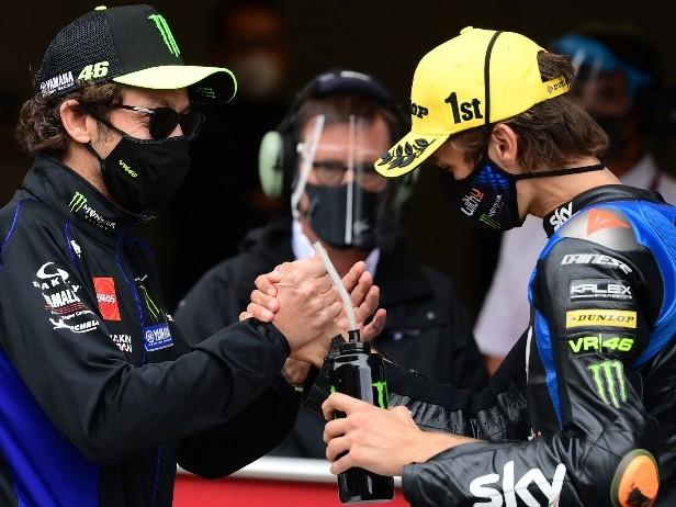 """Valentino Rossi ironico: """"Da fratello maggiore, consiglio a Luca di restare in Moto2"""""""