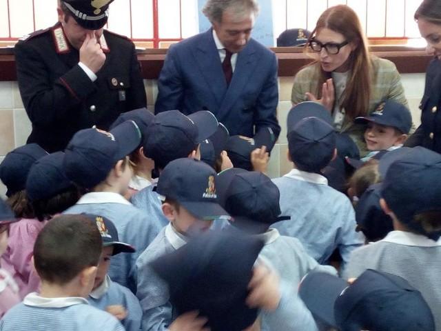 """""""Le forze di Polizia angeli dei bambini"""": il questore Pignataro incontra i bambini della scuola materna di Porto Potenza (FOTO)"""