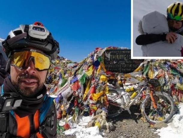 Everest, Omar Di Felice in bici al campo base. La dedica alla compagna: «Qui grazie a te»