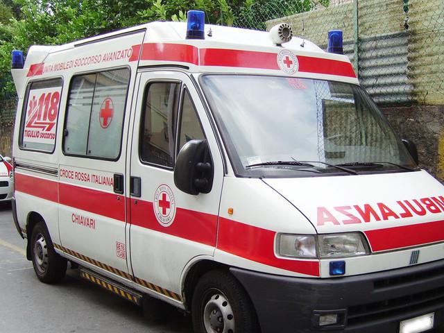 Terribile incidente all'alba, auto contro vetture in sosta: feriti moglie e marito