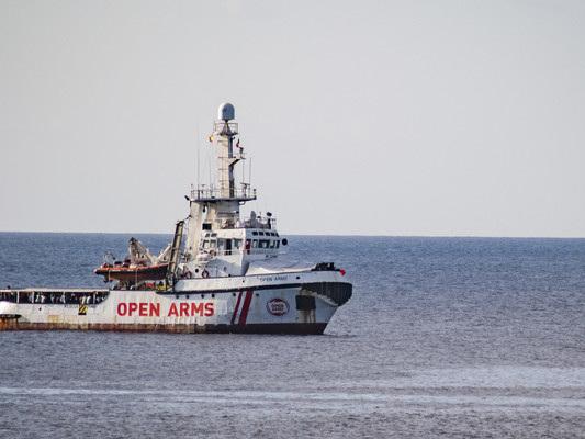 """La Open Arms rifiuta il porto offerto dalla Spagna: """"È troppo lontano"""""""