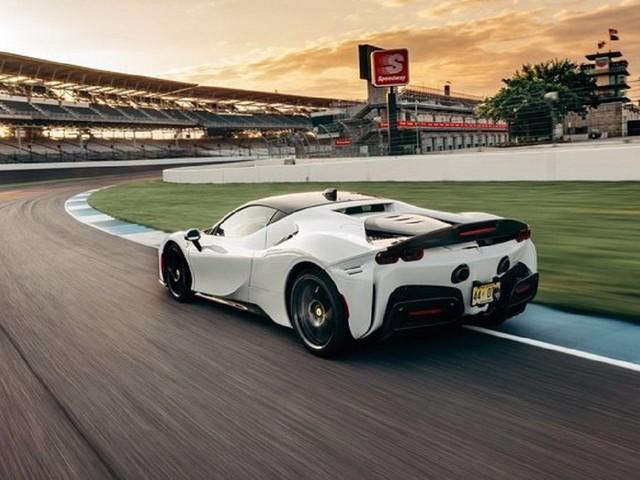 La Ferrari SF90 Stradale batte il record sul circuito di Indianapolis