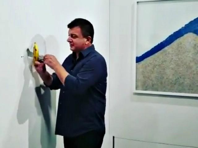 """Miami, artista mangia la banana da 120mila dollari di Maurizio Cattellan: """"È una perfomance. Buonissima"""""""