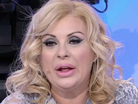 Tina Cipollari rivela a tutti il suo peso e Maria De Filippi le lancia una sfida