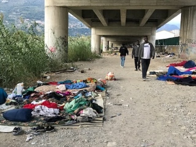 """Checkpoint Ventimiglia. La """"porta occidentale d'Italia"""" argine degli indesiderati che sostano nel nulla, in attesa di """"provare"""""""