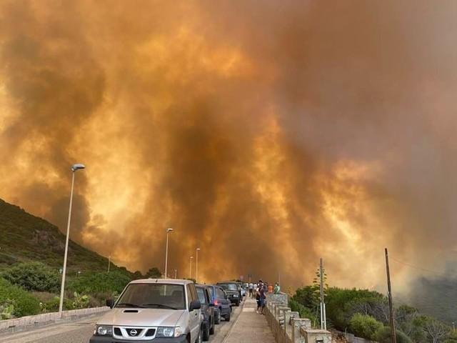 Rogo Oristanese: fiamme alte e gente in strada a Porto Alabe