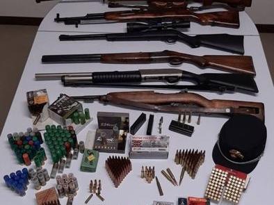Armi e munizioni 'non conformi', denunciati padre e figlio