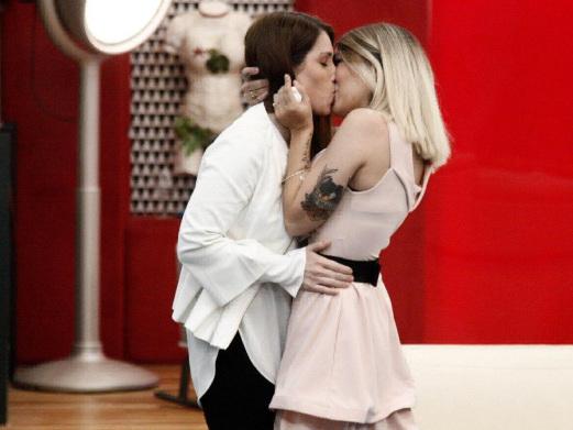 Grande Fratello 2018, Veronica incontra la fidanzata Valentina e la bacia: il trionfo dell'amore gay