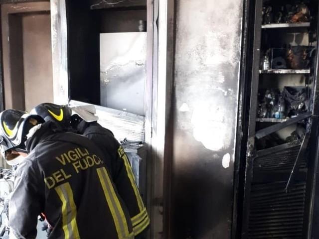 Incendio nella casa in ristrutturazione: in fiamme divani e arredi su un balcone