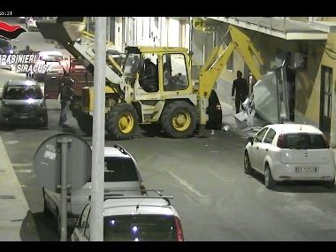Sgominata banda specializzata in furto di bancomat con escavatore: 9 persone arrestate (VIDEO)