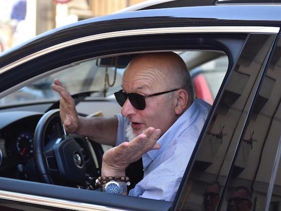 Tiziano Renzi posta su Facebook dagli arresti domiciliari. Può farlo?