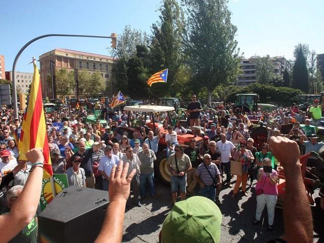 Referendum in Catalogna, gli elettori occupano i seggi