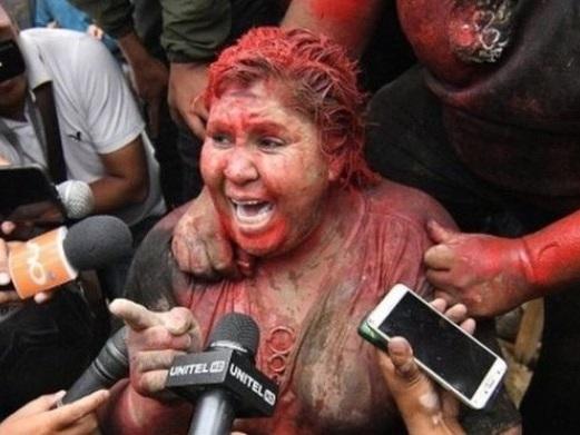 Bolivia, i populisti rasano la sindaca e la trascinano scalza e ricoperta di vernice rossa per le strade