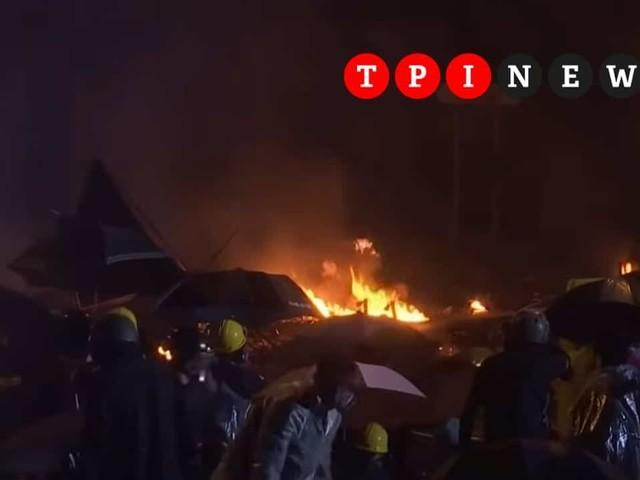 Proteste a Hong Kong: blitz della polizia al Politecnico, esplosioni e incendi, decine di arresti