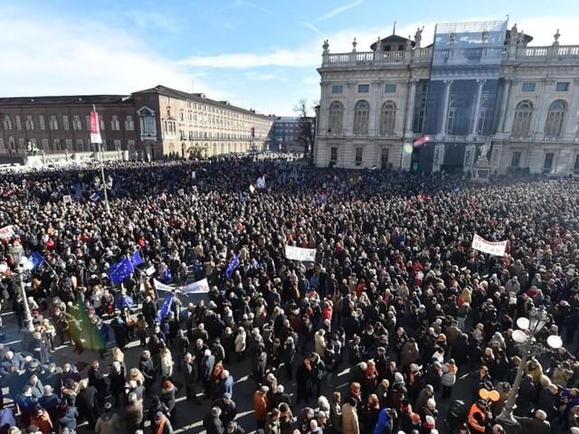 Sì Tav in piazza senza bandiere di partito: ma è proprio la politica a tenere banco