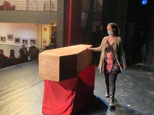 Una bara sul palco, è il funerale dei teatri richiusi dal dpcm