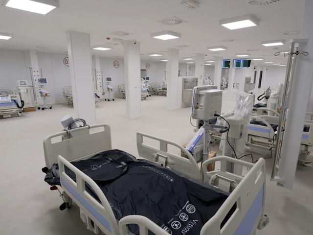 """""""Poco personale, struttura inadeguata e inutile dopo l'emergenza"""": l'allarme dei medici sull'ospedale Covid in Fiera"""