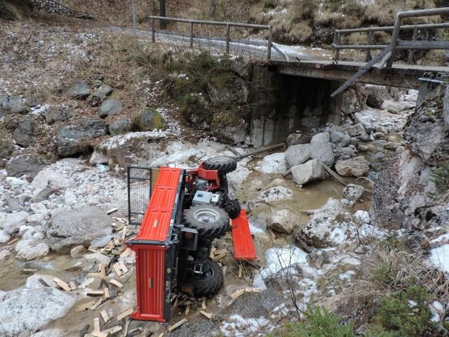 Cade dal ponte con il trattore e finisce nel torrente