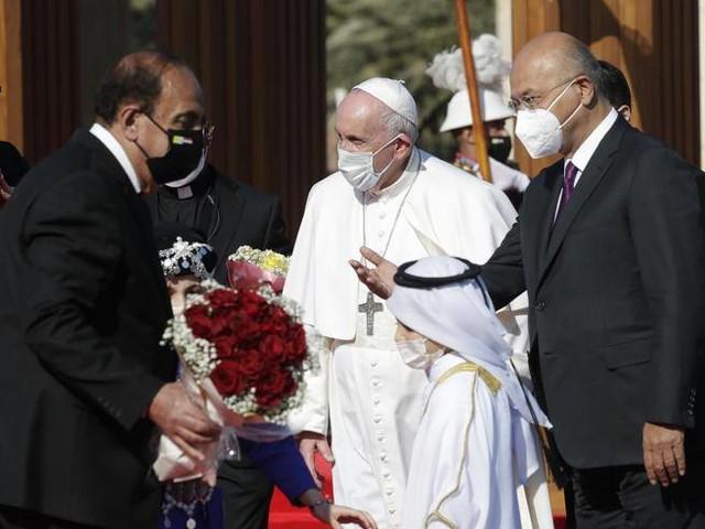 Il primo discorso del Papa a Bagdad: «Tacciano le armi, qui e ovunque»