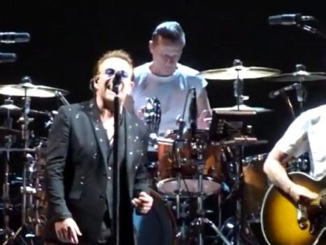 Gli U2 e Noel Gallagher a Londra dedicano Don't Look Back In Anger alle vittime di Manchester (video)