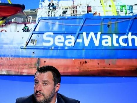 La Sea Watch ancora al largo di Lampedusa, Salvini sui migranti cita Papa Wojtyla