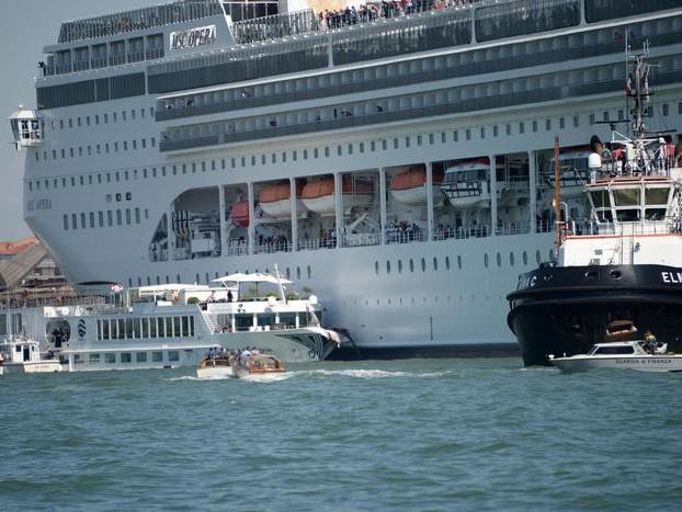 Venezia, nave da crociera contro battello turisti a Molo San Basilio: VIDEO danni