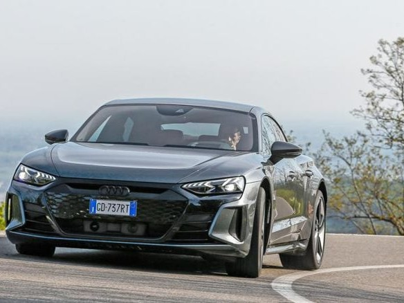 Audi Rs e-tron Gt, ecco come va e com'è fatta la sportiva elettrica: il modello più potente dei Quattro Anelli