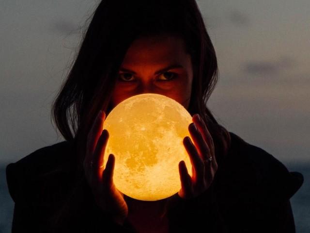 L'oroscopo del giorno 25 ottobre, 2^ sestina: la Luna 'sposa' Bilancia