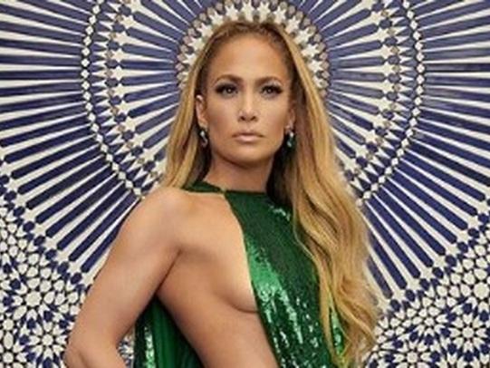 Jennifer Lopez statuaria in Valentino  il fisico mozzafiato a 49 anni d778e25d538