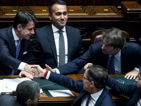 """La Camera vota la fiducia a Conte: 343 """"sì"""" contro 263 """"no"""", bagarre in Aula"""