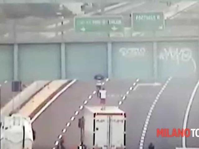 Camionista eroe salva un ragazzo che voleva saltare giù da un ponte in autostrada